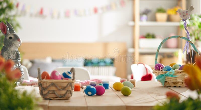 复活节假日背景用在篮子的五颜六色的鸡蛋 r 免版税库存照片