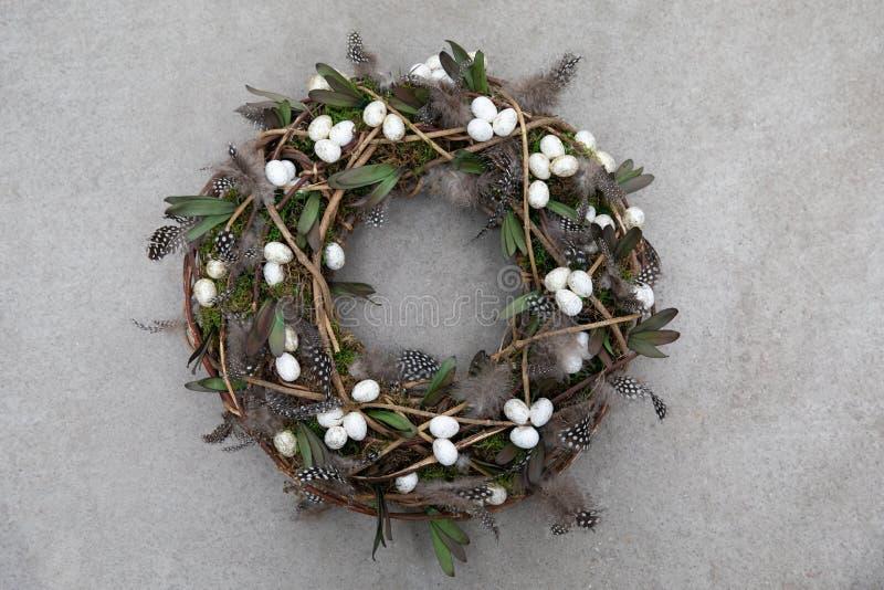 复活节假日装饰手工制造花圈时髦的结构的羽毛,鸡蛋,您的家庭门装饰的绿色叶子 免版税图库摄影