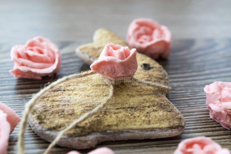 复活节兔子、糖玫瑰和糖鹌鹑蛋 免版税库存图片