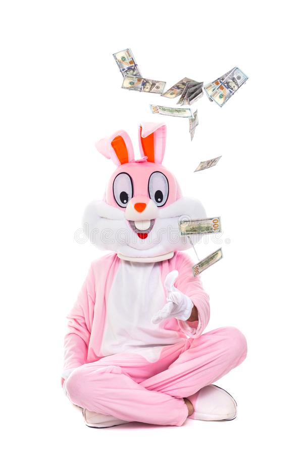 复活节兔子兔子投掷美元,庆祝复活节 在一百元钞票下雨的富有的幸运人人  免版税库存图片