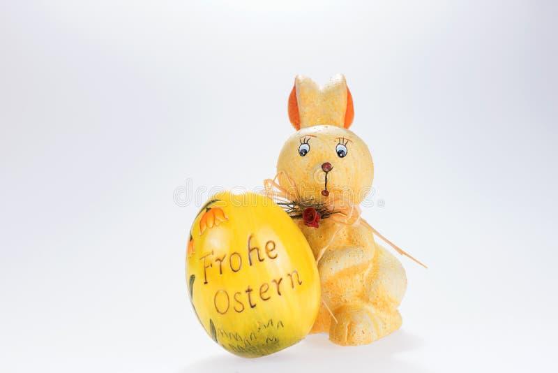 复活节兔子和大复活节彩蛋与题字复活节快乐用德语 免版税库存图片
