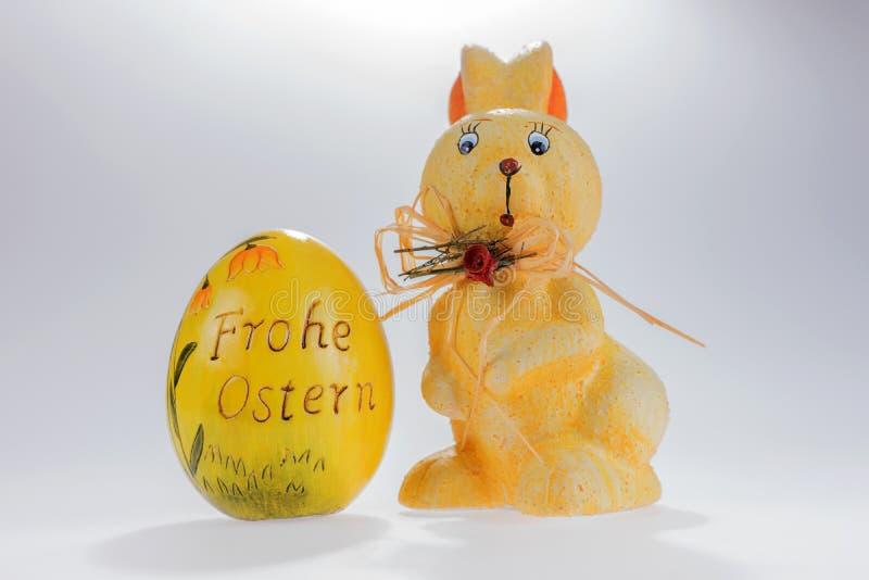 复活节兔子和大复活节彩蛋与题字复活节快乐用德语 免版税图库摄影