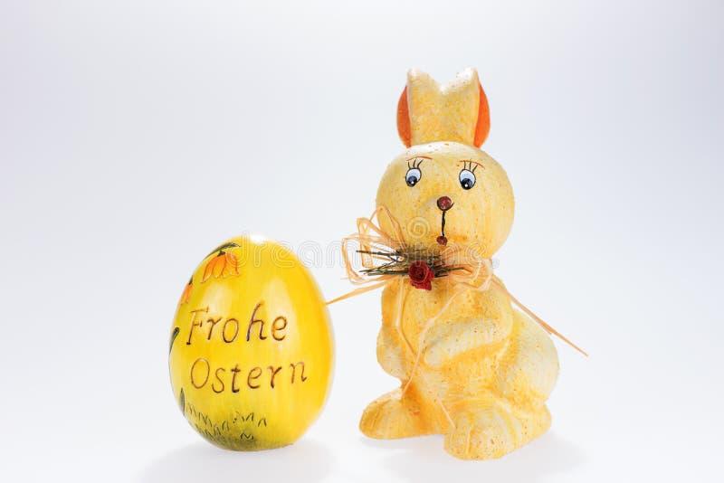 复活节兔子和大复活节彩蛋与题字复活节快乐用德语 免版税库存照片