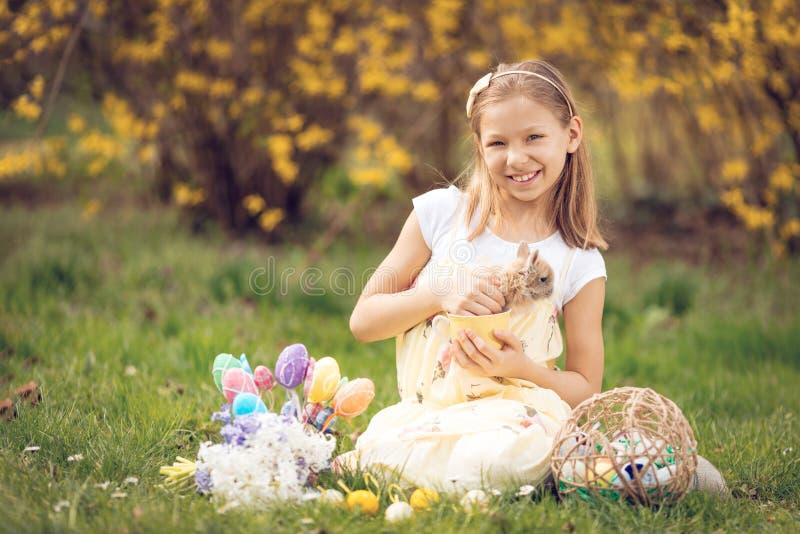 复活节兔子和小女孩 免版税图库摄影