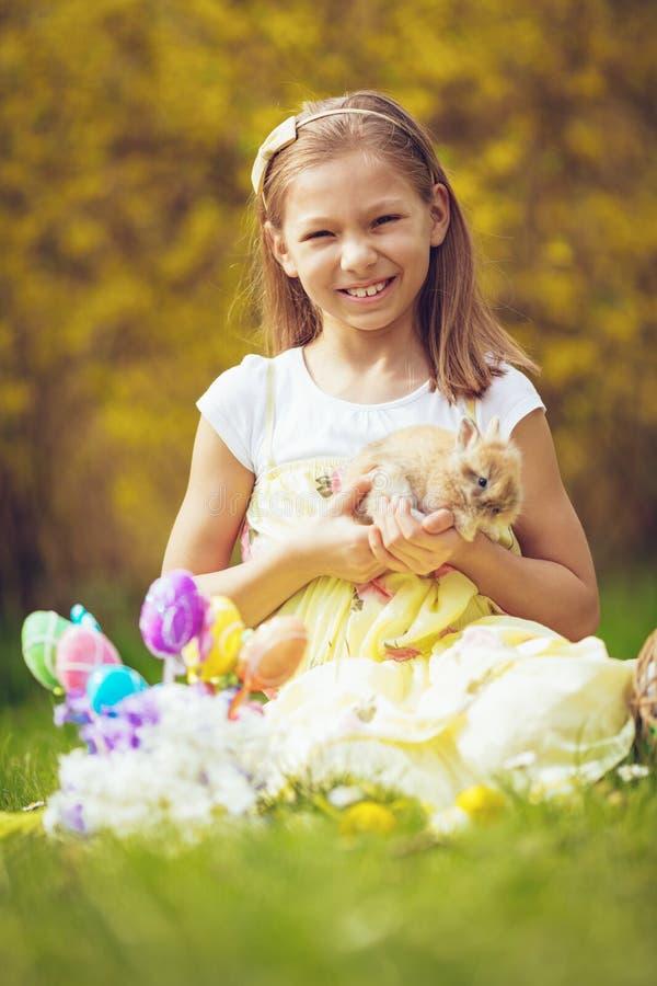 复活节兔子和小女孩 库存图片
