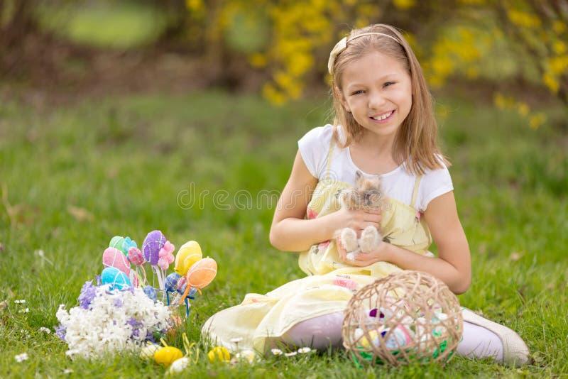 复活节兔子和小女孩 图库摄影