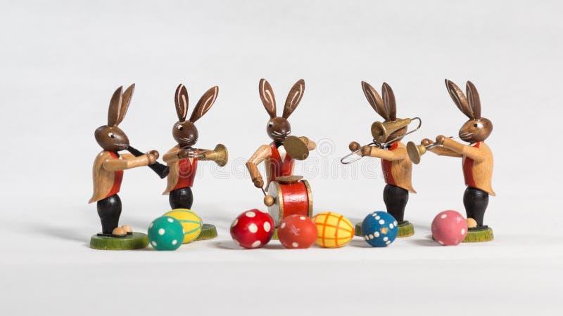 复活节兔子大乐队,用复活节彩蛋,白色背景 免版税库存图片