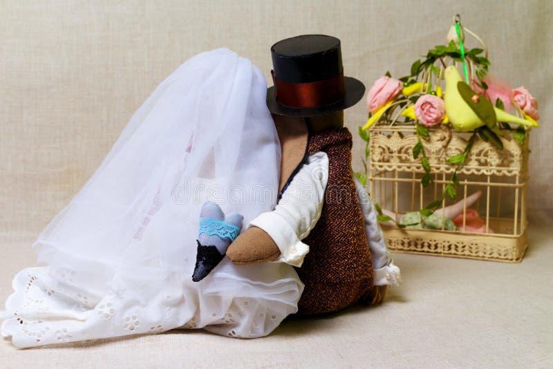 复活节兔子,兔宝宝在形状婚礼戏弄 纺织品新娘和新郎,后边 库存照片