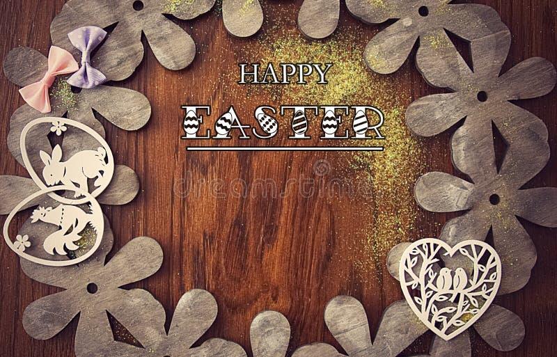 复活节卡片,在自然木头背景与弓、花和复活节装饰的 免版税图库摄影