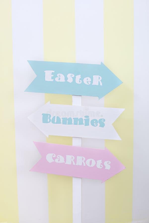 复活节和春天装饰 大多彩多姿的鸡蛋和复活节兔子 免版税图库摄影