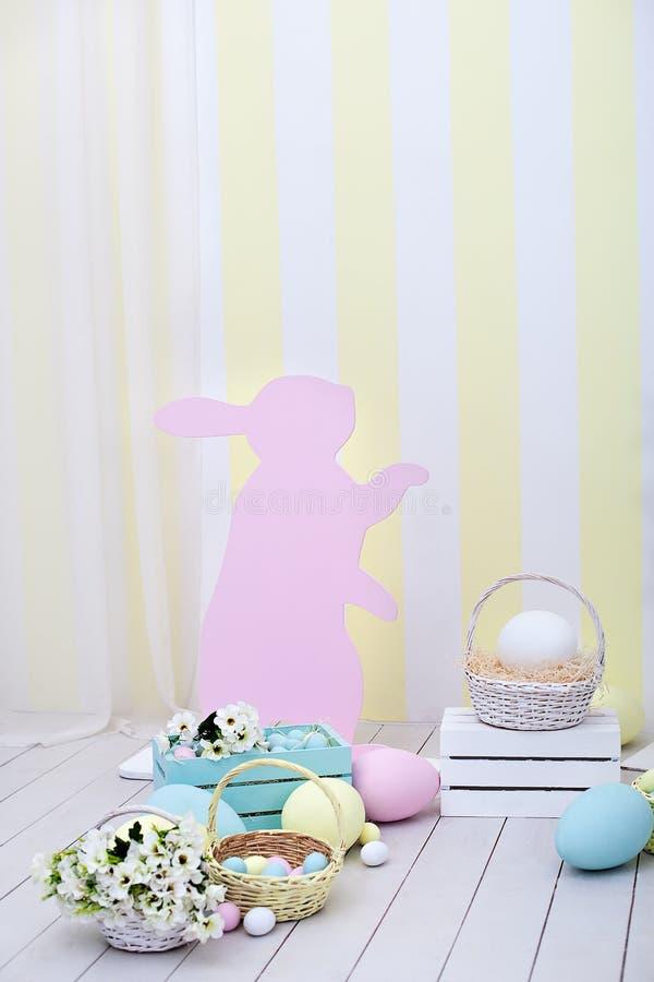 复活节和春天装饰 大多彩多姿的鸡蛋和复活节兔子 库存照片