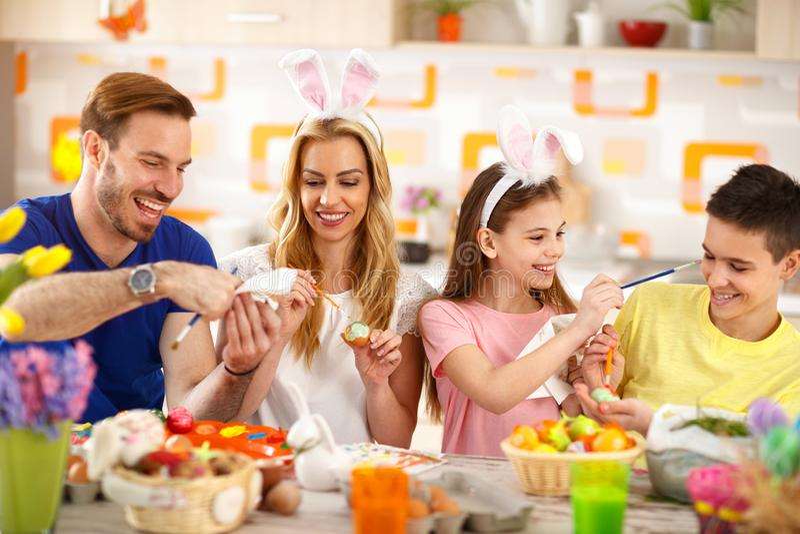 复活节家庭着色鸡蛋 免版税图库摄影