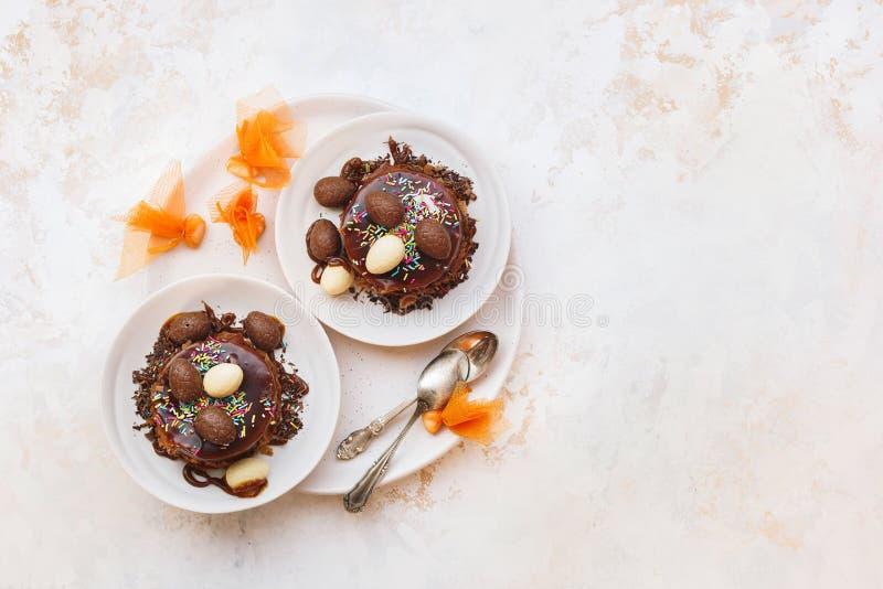 复活节巢蛋糕用朱古力蛋和糖果 库存照片
