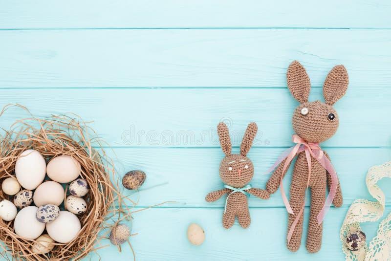 复活节平的位置用鸡蛋和复活节兔子 免版税库存图片