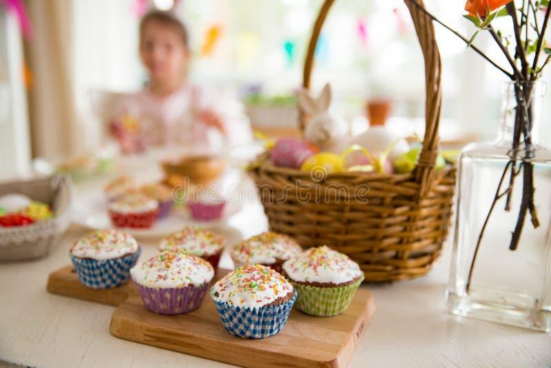 复活节庆祝,特写镜头桌用给上釉的杯形蛋糕, 免版税库存照片