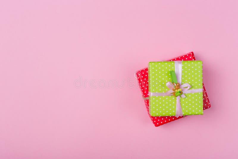 复活节当前礼物 两个礼物盒包裹以颜色绿色和红色圆点纸和栓与桃红色和工艺丝带 库存照片