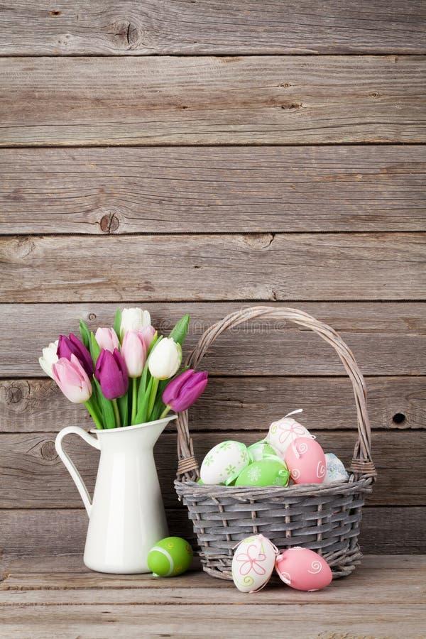 复活节彩蛋和五颜六色的郁金香 免版税库存照片