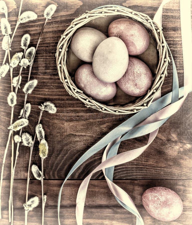 复活节彩蛋和杨柳分支 构想:复活节快乐 免版税图库摄影