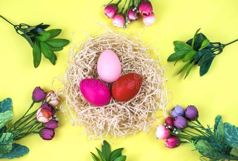 复活节彩蛋和花在黄色背景 库存照片