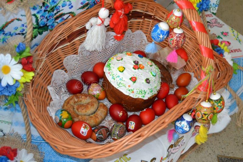 复活节彩蛋和香肠在篮子在 免版税库存照片