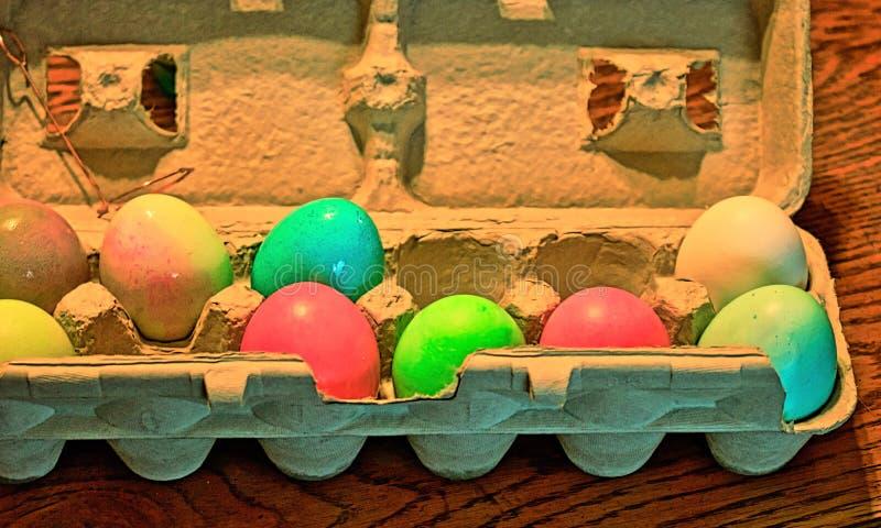 复活节彩蛋洗染了与食用色素,在假日前传统上完成夜 免版税库存照片