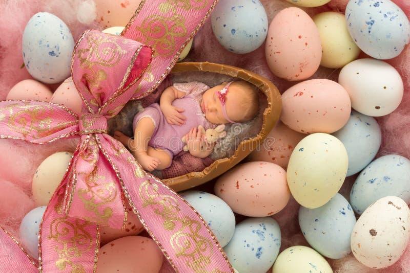 复活节彩蛋的睡觉的婴孩 免版税图库摄影