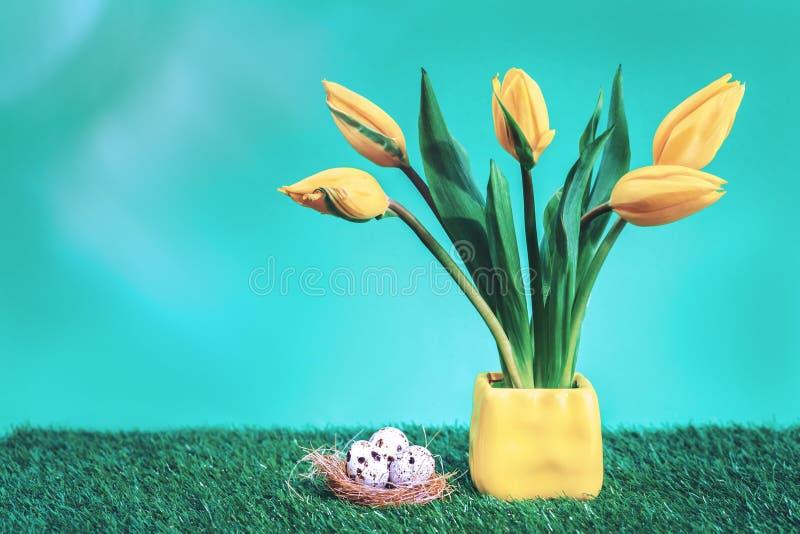 复活节彩蛋筑巢与yelow郁金香 免版税库存图片