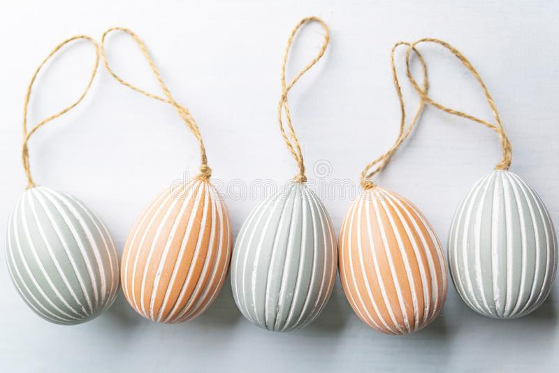 复活节彩蛋,在白色背景的欢乐构成 免版税库存照片