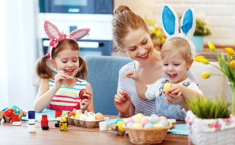 复活节快乐!家庭母亲和孩子绘holida的鸡蛋 免版税库存图片