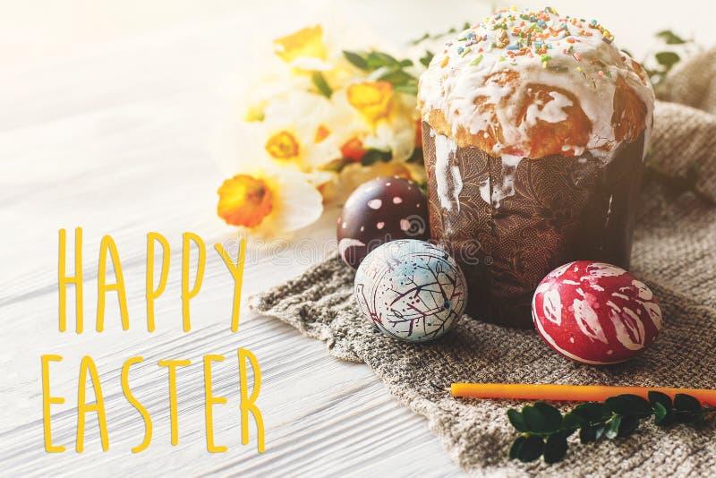 复活节愉快的文本 季节` s贺卡 时髦的被绘的鸡蛋 库存照片