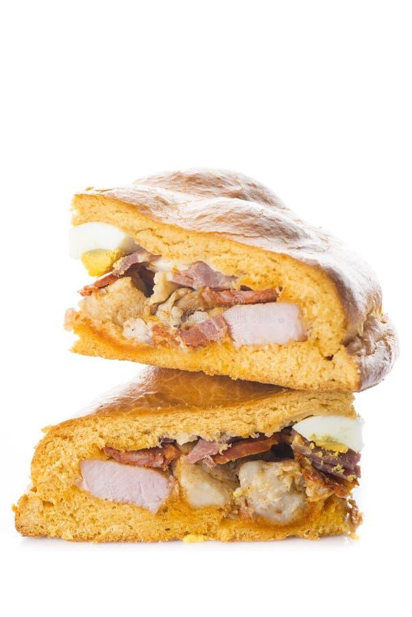 复活节时间的传统食物在西班牙叫hornazo、被充塞的面包用猪肉和鸡蛋 免版税库存照片