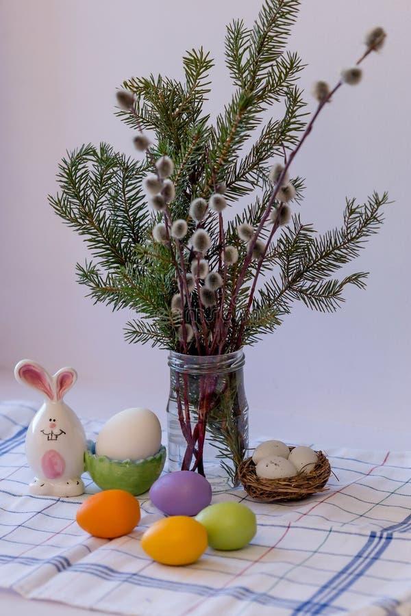 复活节杨柳和色的鸡蛋构成小树枝  免版税库存照片