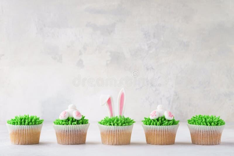 复活节杯形蛋糕连续 装饰当兔宝宝靶垛和耳朵 库存图片