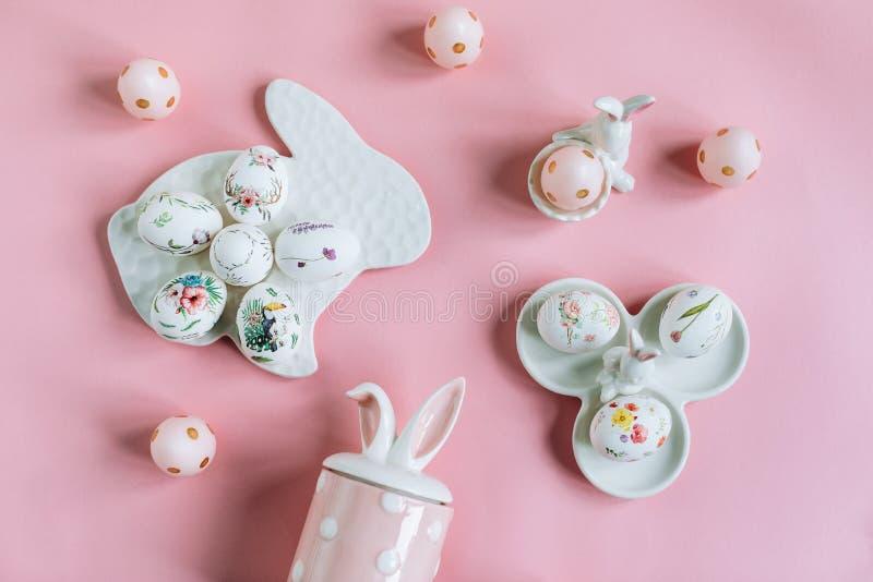 复活节构成用与花饰和装饰图的被绘的鸡蛋 免版税库存图片