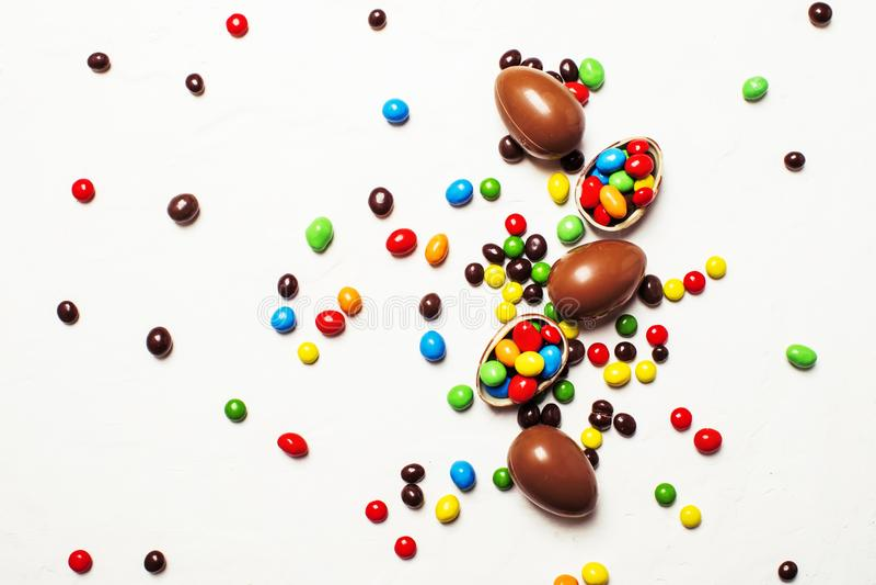 复活节构成用朱古力蛋和五颜六色的糖果,白色 免版税库存图片