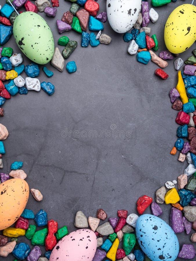 复活节构成用色的鸡蛋和甜点concreten背景,文本的空间 库存照片