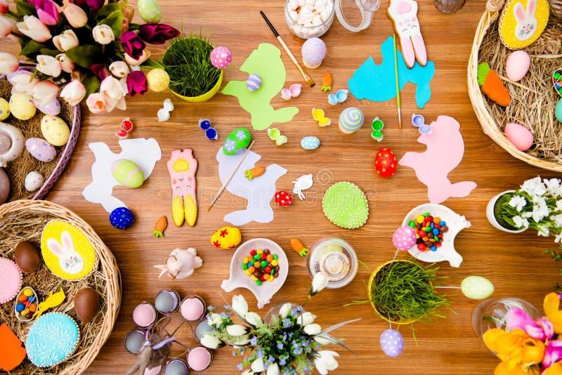 复活节构成顶视图用巧克力,色的鸡蛋, pap 库存图片