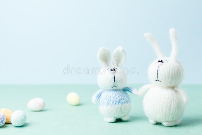 复活节概念 两个靠近地下产卵的针织兔女郎 库存照片