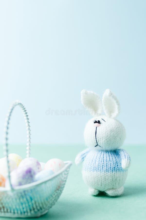 复活节概念 带鸡蛋的紧靠篮子的针织兔 免版税库存照片
