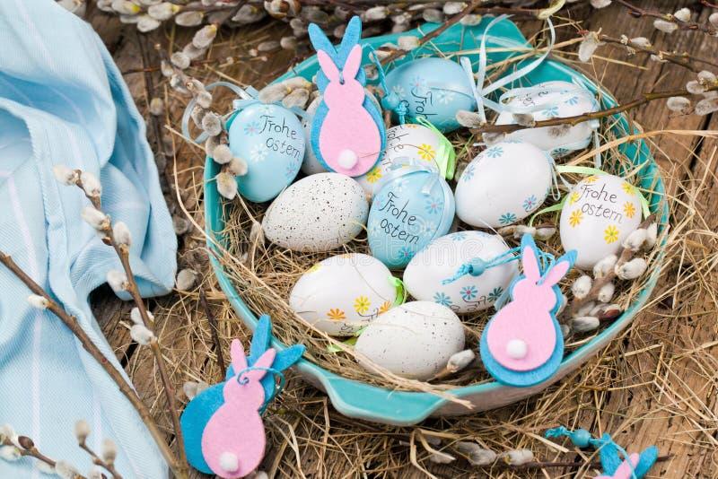 复活节猫杨柳和蓝色复活节彩蛋在木背景 Ha 图库摄影