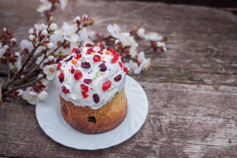 复活节甜面包正统kulich, paska,杨柳枝杈 在灰色木背景的复活节五颜六色的鸡蛋 复活节假日 库存图片