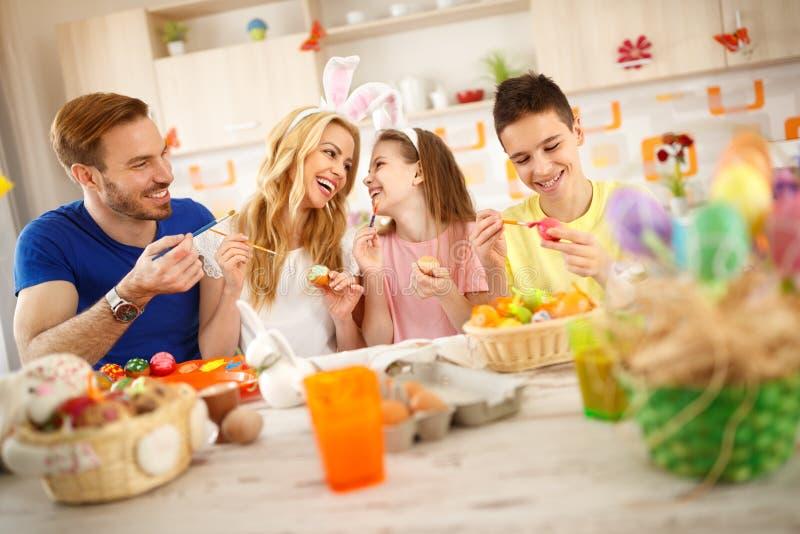 复活节的年轻家庭 免版税库存照片