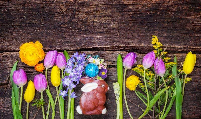 复活节篮子用在木头的复活节兔子和复活节彩蛋 图库摄影