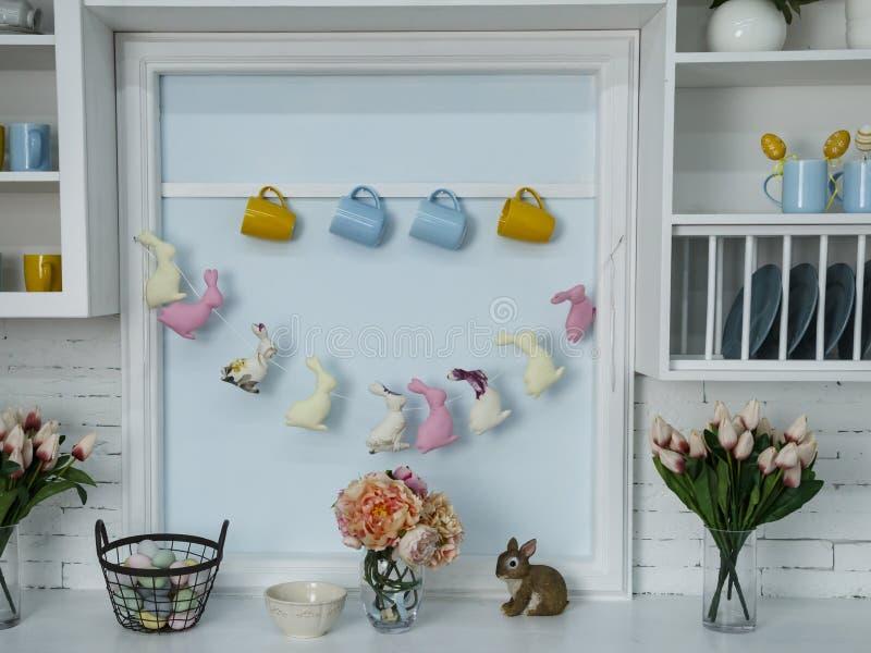 复活节篮子用色的鸡蛋和花和兔子和装饰 免版税库存照片