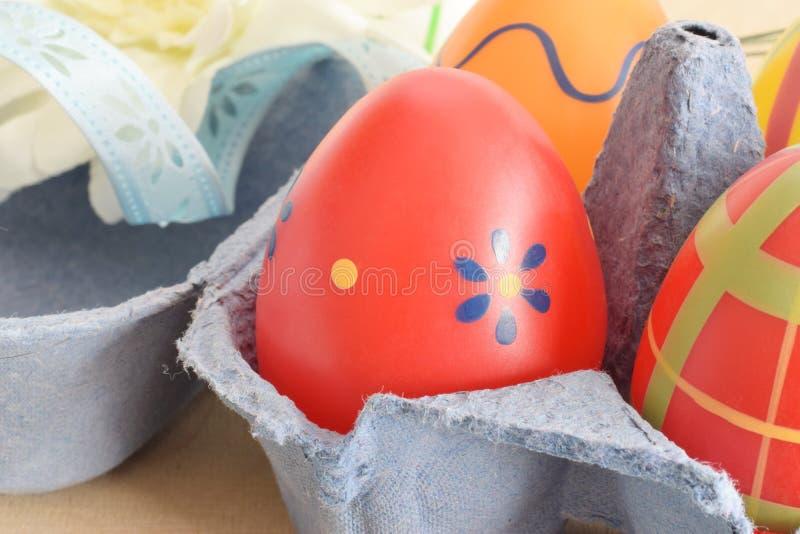 复活节绘了在包裹的装饰鸡蛋 免版税库存照片