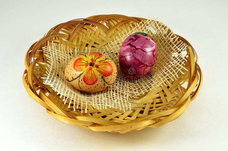 复活节绘了在装饰秸杆篮子的鸡蛋 库存图片