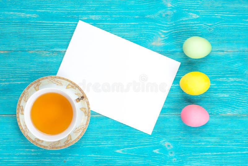 复活节背景,在绿松石桌上的五颜六色的鸡蛋 免版税库存图片