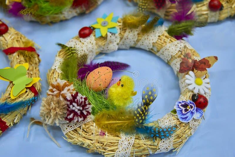 复活节花圈用复活节彩蛋、婴孩鸡和复活节装饰 库存照片