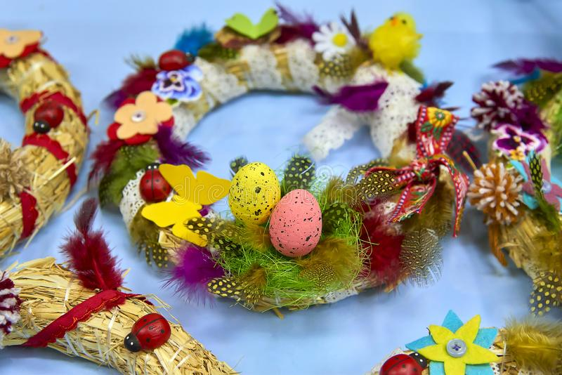 复活节花圈用复活节彩蛋、婴孩鸡和复活节装饰 库存图片