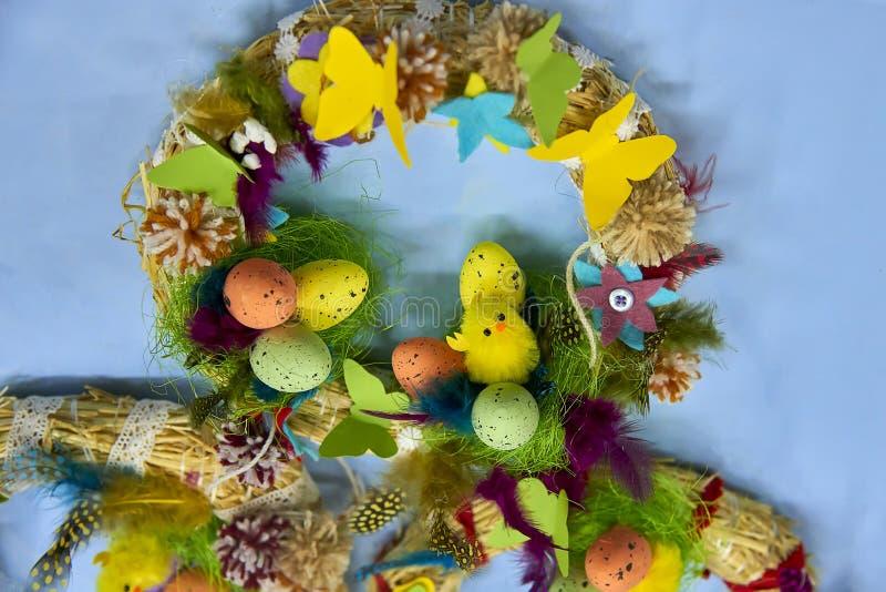 复活节花圈用复活节彩蛋、婴孩鸡和复活节装饰 免版税图库摄影